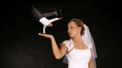 Suknia ślubna pokryta koronką