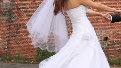 Suknia ślubna śnieżnobiała, koronka, firmy Agora, 750zl