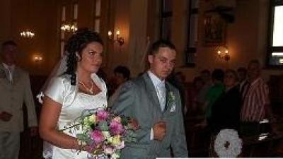 Suknia ślubna wyszywana kamykami Svarowskiego