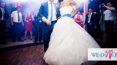 suknia ślubna z chabrowym pasem