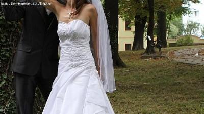 Suknia ślubna z delikatna koronka i perelkami