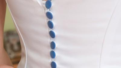 Suknia ślubna z kryształowym pasem i niebieskimi guziczkami