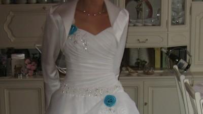 suknia ślubna z niebieskimi aplikacjami