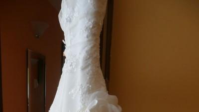 suknia ślubna z niewielkim trenem