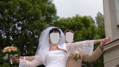 suknia ślubna z różą herbacianą