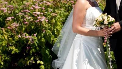 Suknia ślubna z satyny w kolorze ecru - kolekcja 2010 z salonu Agnes