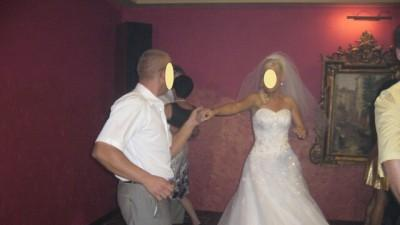Suknia ślubna zdobiona kryształami Svarowskiego