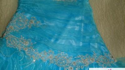 turkusowa sukienka z hiszpańska falbanką