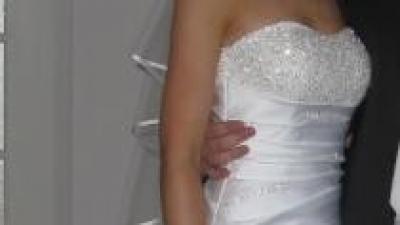 Urzekająca satynowa suknia firmy Demetrios, rozm. 34 dla szczupłej