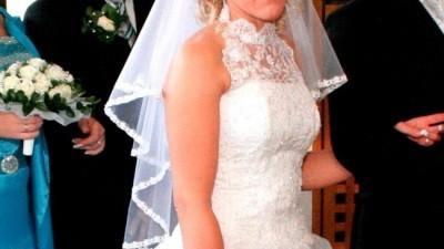Zwiewna i połyskująca suknia ślubna