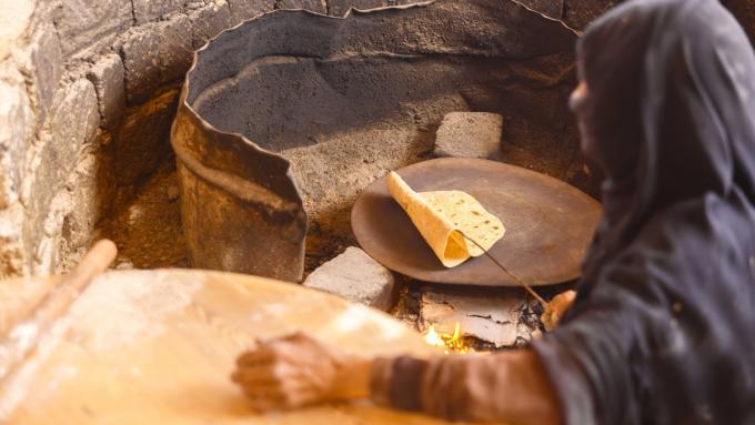 Beduinka piekąca chleb