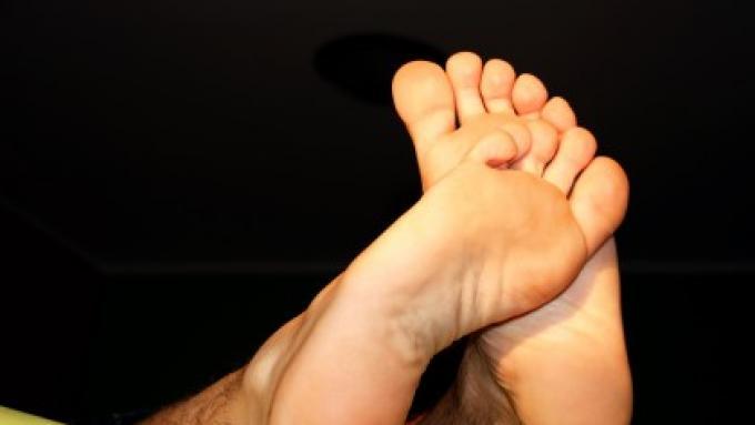Duże dłonie? Duże stopy? A może nos? Co wskazuje na dużego penisa - naukowe spojrzenie