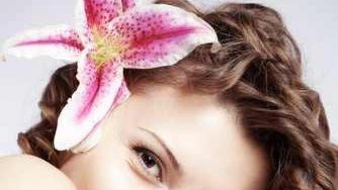 Jak Modnie Wpiąć Kwiaty We Włosy Fryzury Polki Pl