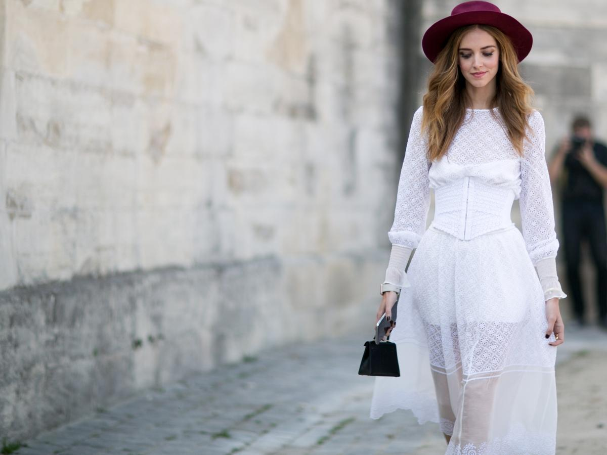 8bb59ba1bc Biała sukienka jest najlepsza na lato. Rozświetla i ujmuje lat ...