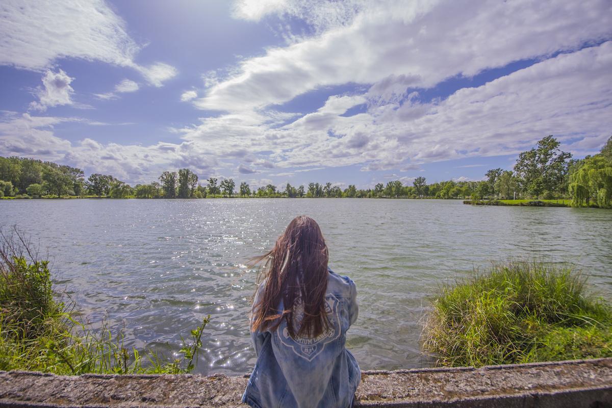 kobieta na brzegu jeziora