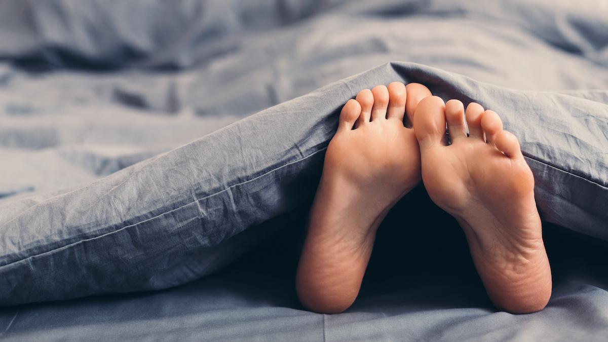 stopy w lóżku