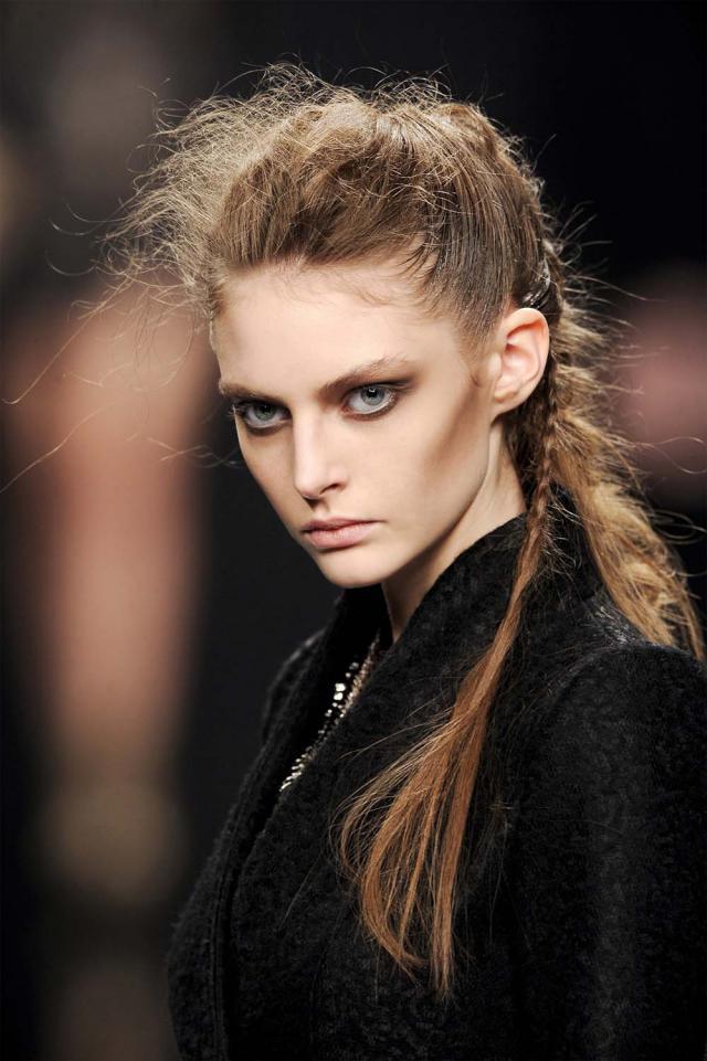 fryzura z pokazu, niesforne upięcie, trendy, modna fryzura, 2012
