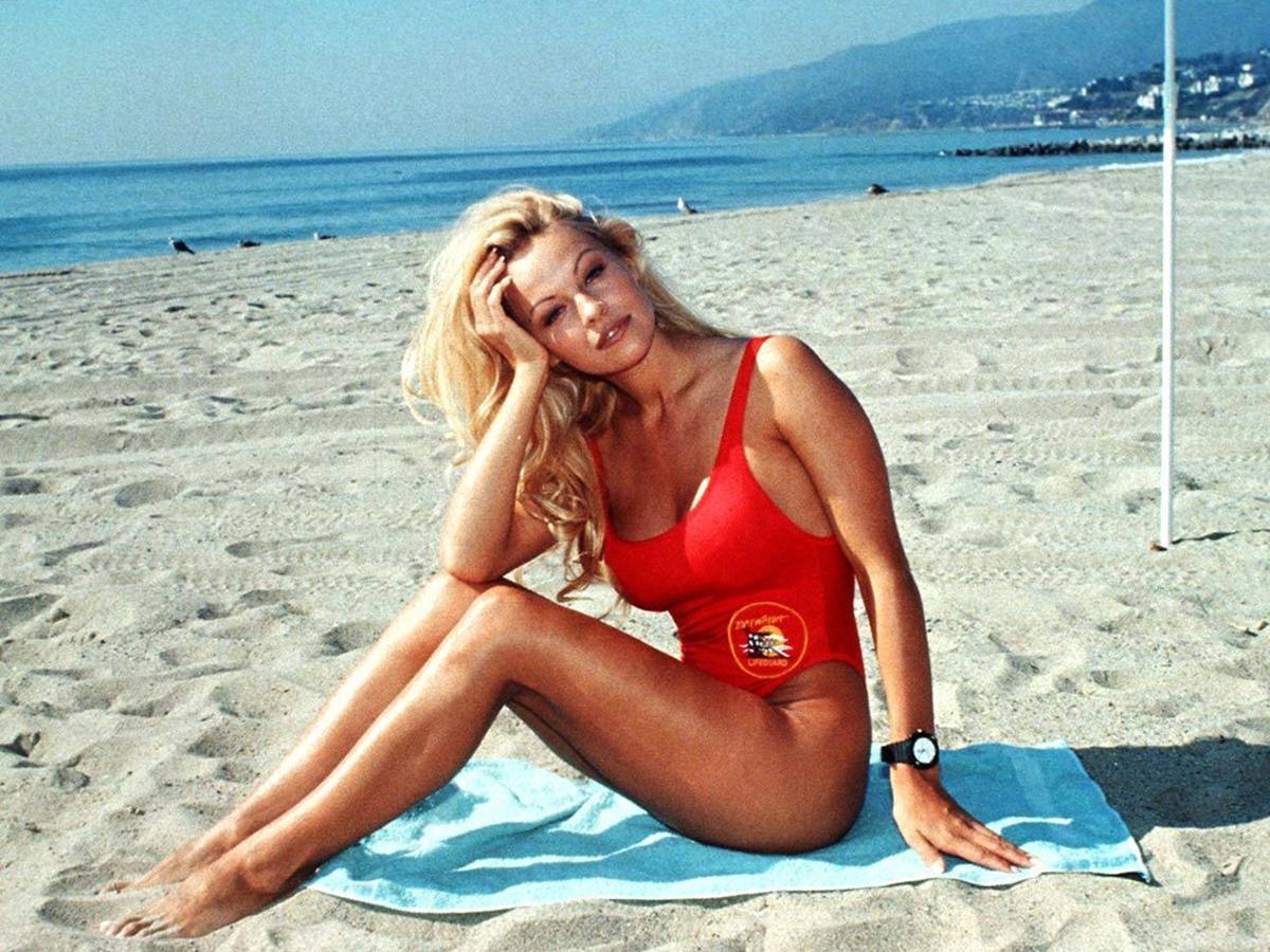 """50-letnia Pamela Anderson odwiedzi Polskę! Jak wygląda teraz gwiazda """"Słonecznego Patrolu"""" i co sądzi o swojej urodzie?"""