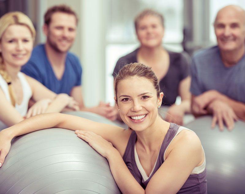 7 najlepszych pozycji jogi na piłce