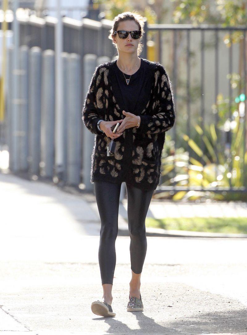 Alessandra Ambrosio w wiosennej stylizacji