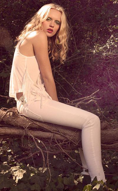 białe rurki Bershka