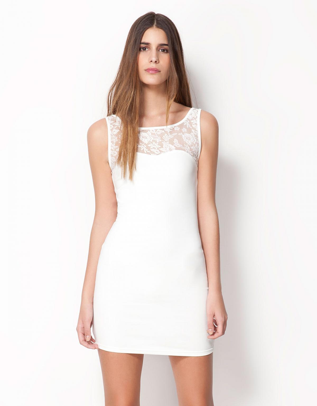 sukienka Bershka z koronką w kolorze białym - trendy na wiosnę i lato
