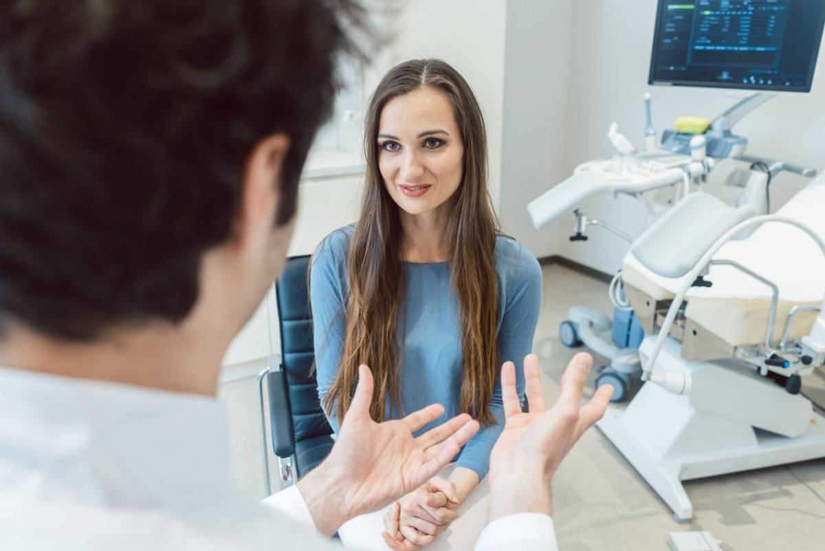 1. Czy przed wizytą u ginekologa trzeba wydepilować miejsca intymne? Co zrobić, jeśli się o tym zapomni lub wizyta będzie nieplanowana? Jak wiele kobiet goli te miejsca przed odwiedzeniem ginekologa?