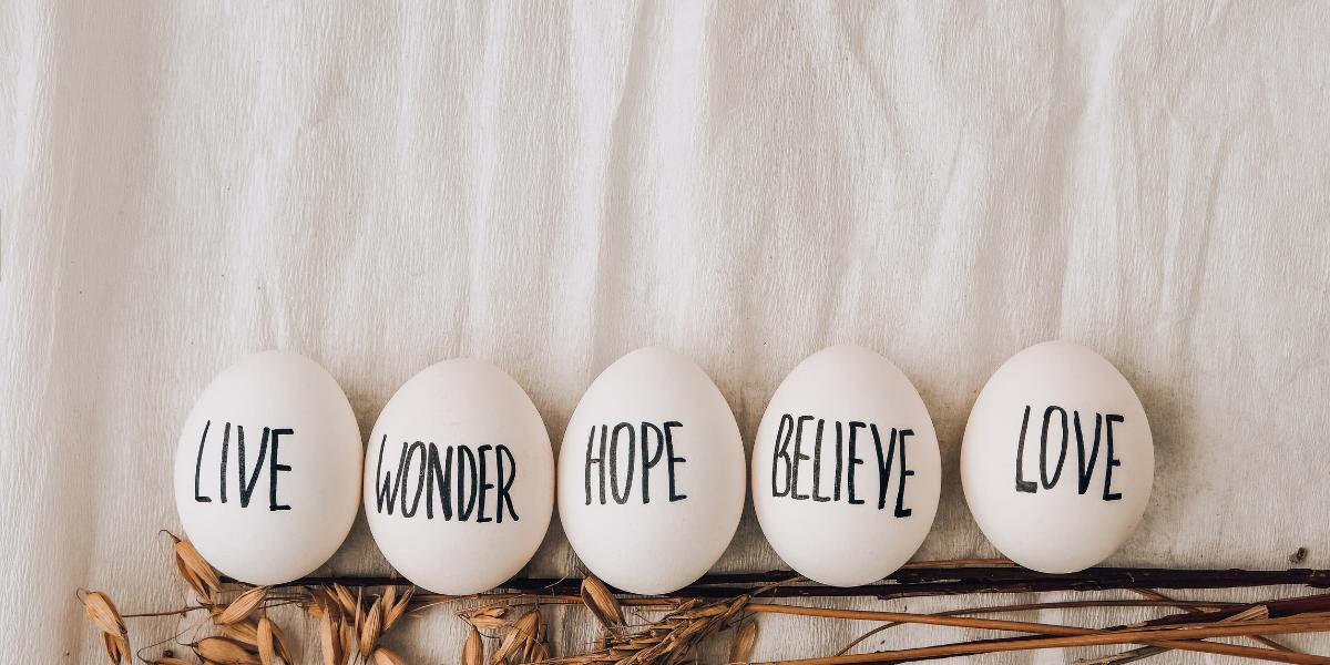 Białe jajko styropianowe z napisem - minimalistyczna dekoracja