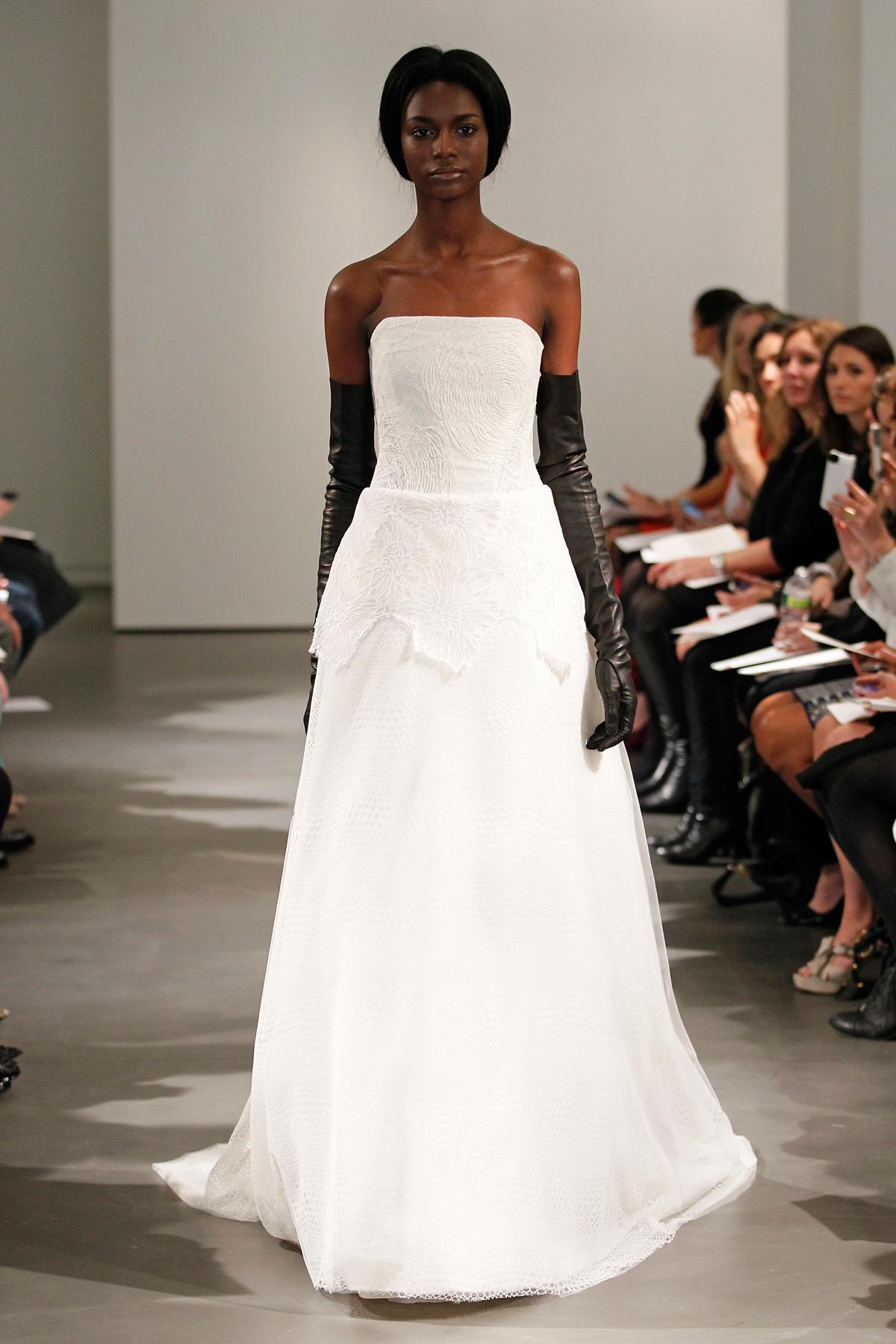 biała suknia ślubna Vera Wang z odsłoniętymi ramionami
