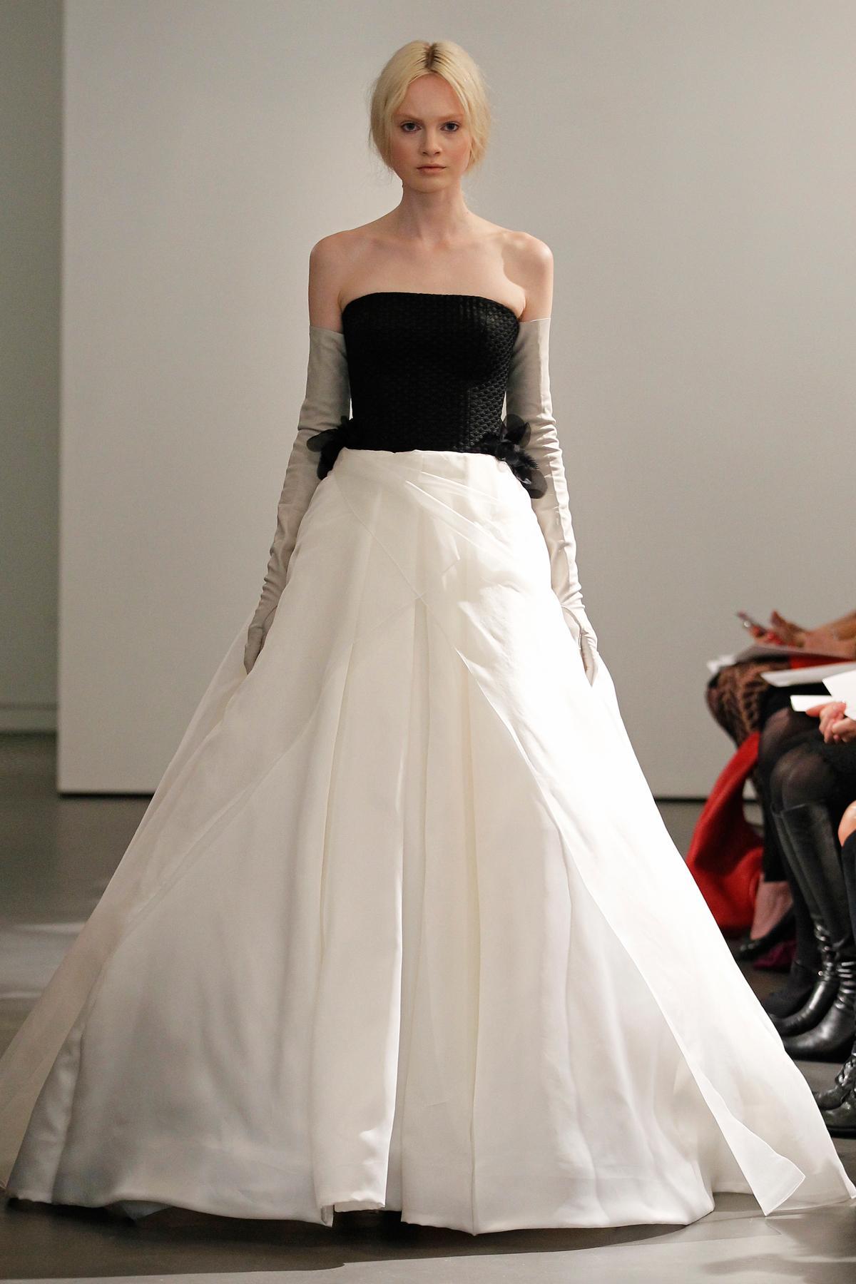 suknia ślubna Vera Wang z czarnym gorsetem