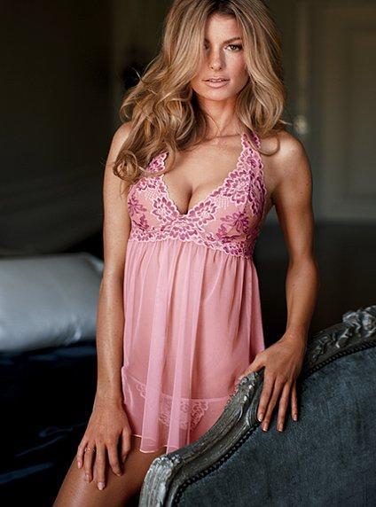 różowa bielizna Victorias Secret - moda 2011