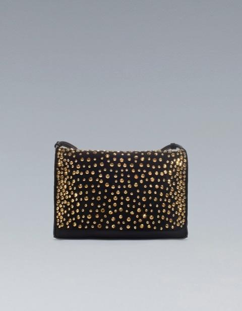 Czarna torebka z paskiem ze złotymi zdobieniami. Zara, 299 zł