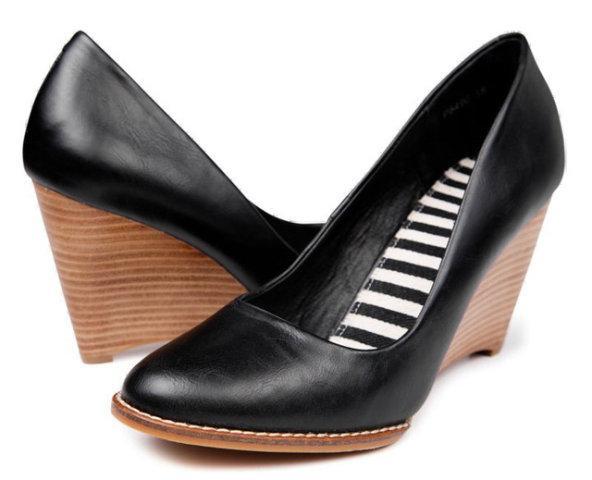 czarne pantofle Reserved na koturnie - wiosenna kolekcja