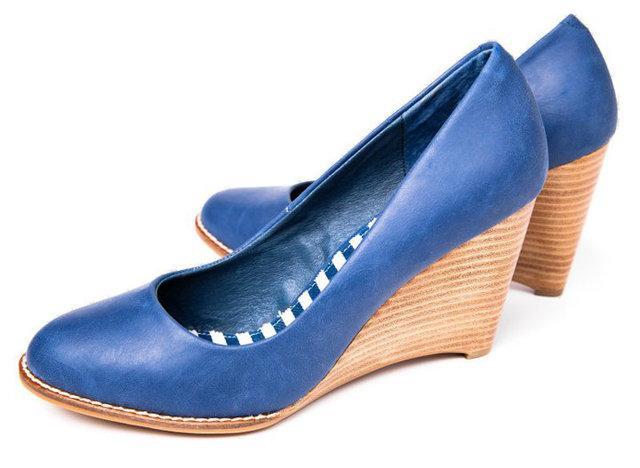 niebieskie pantofle Reserved na koturnie - wiosenna kolekcja