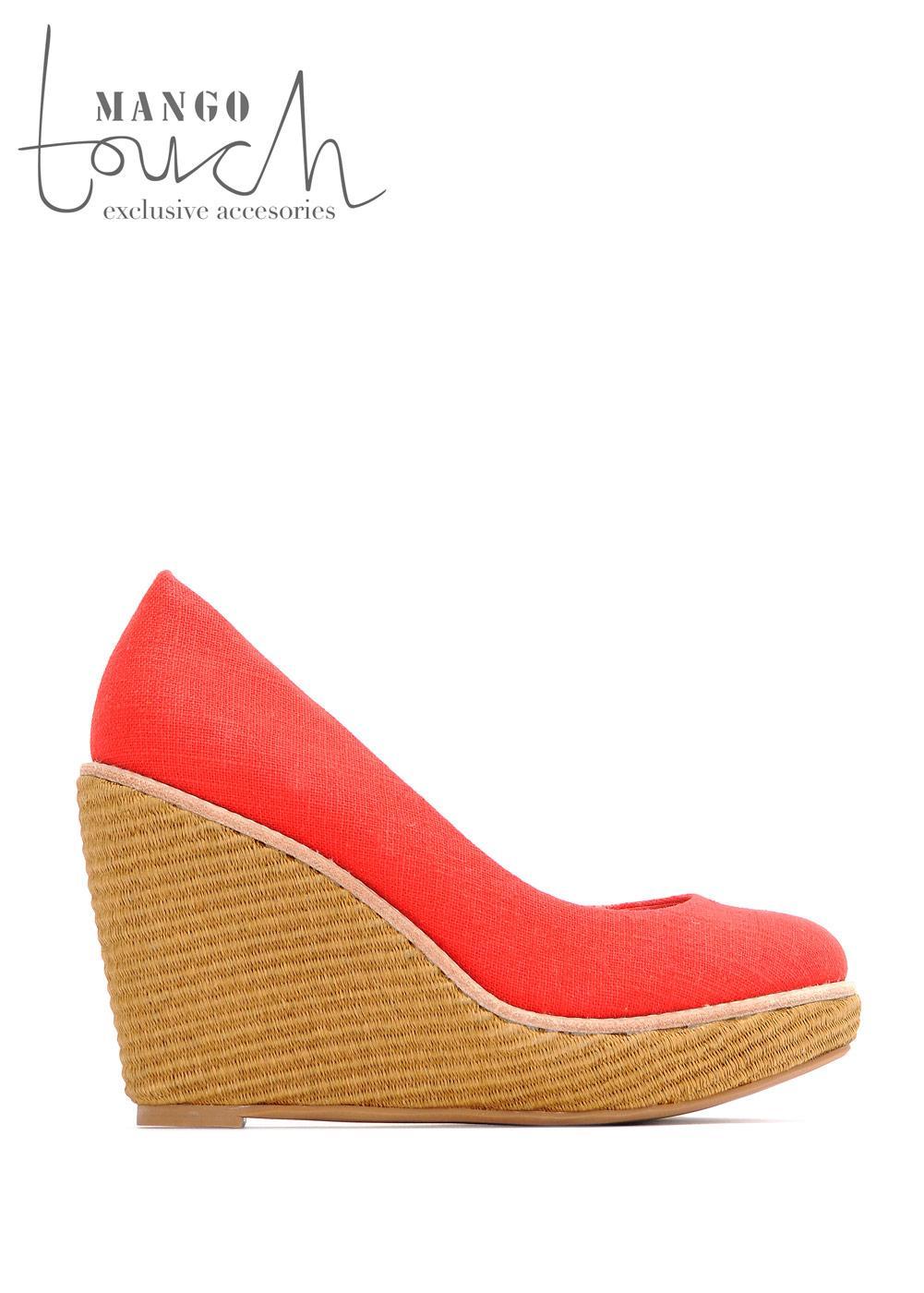 czerwone pantofle Mango na koturnie - letnia kolekcja