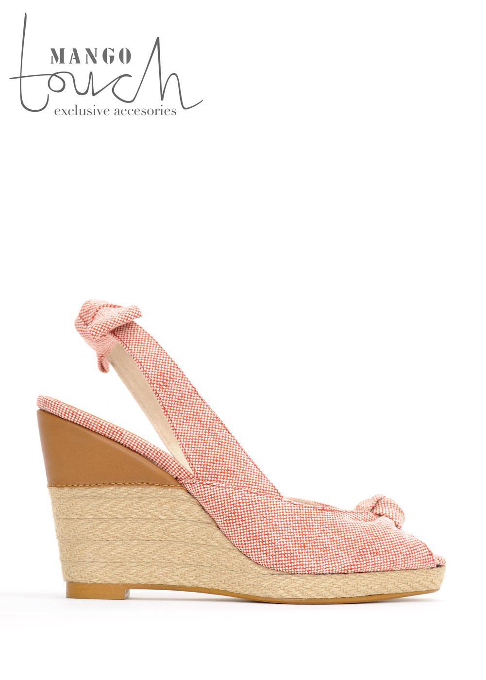 różowe pantofle Mango na koturnie - trendy wiosna-lato