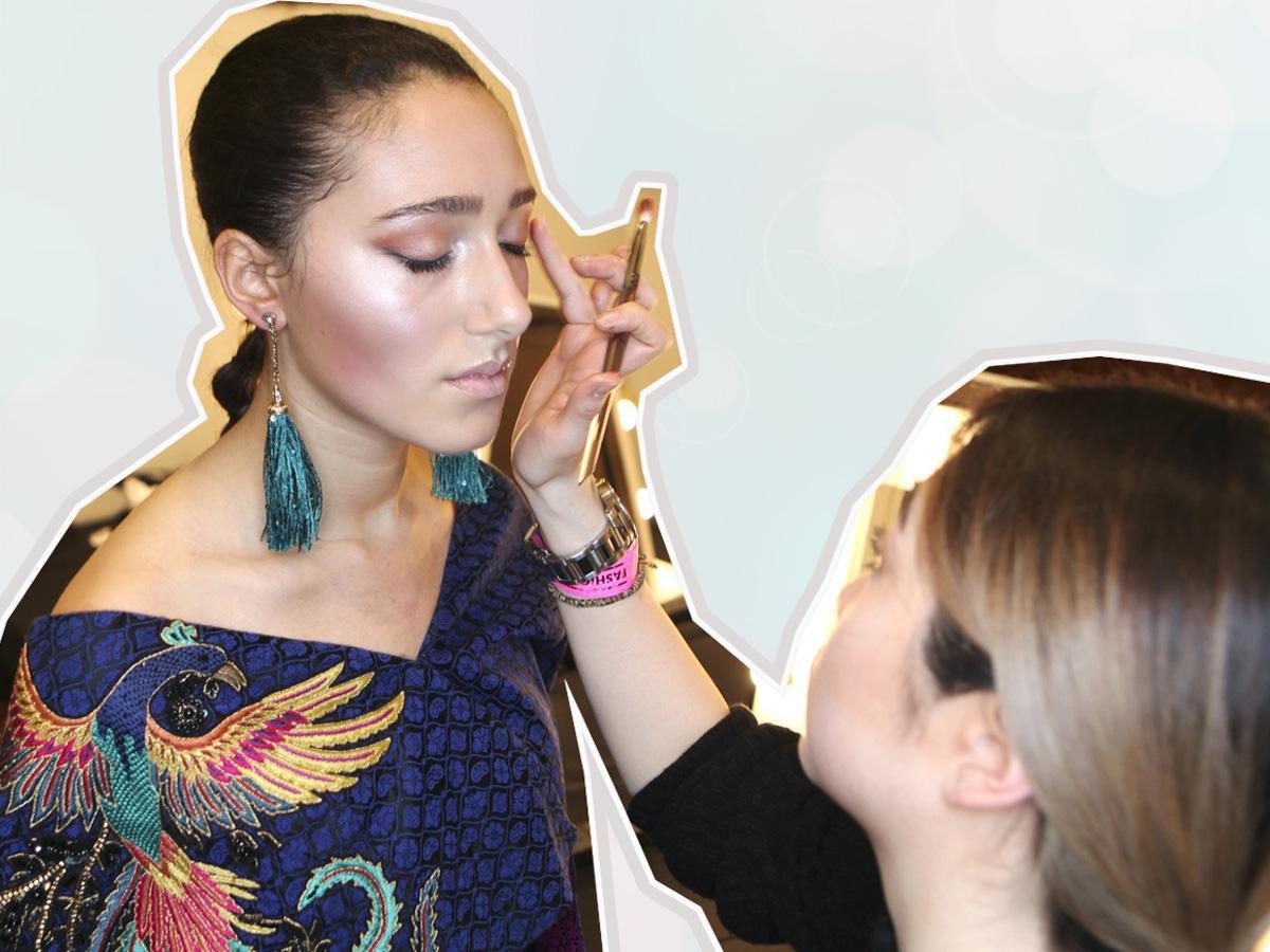 Chcesz dodać blasku szarej i zmęczonej cerze? Wybrałyśmy 7 najlepszych kosmetyków rozświetlających do makijażu