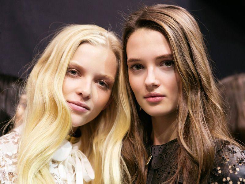 Chcesz rozjaśnić włosy o dwa tony? Z tymi trikami i kosmetykami to możliwe nawet w domu