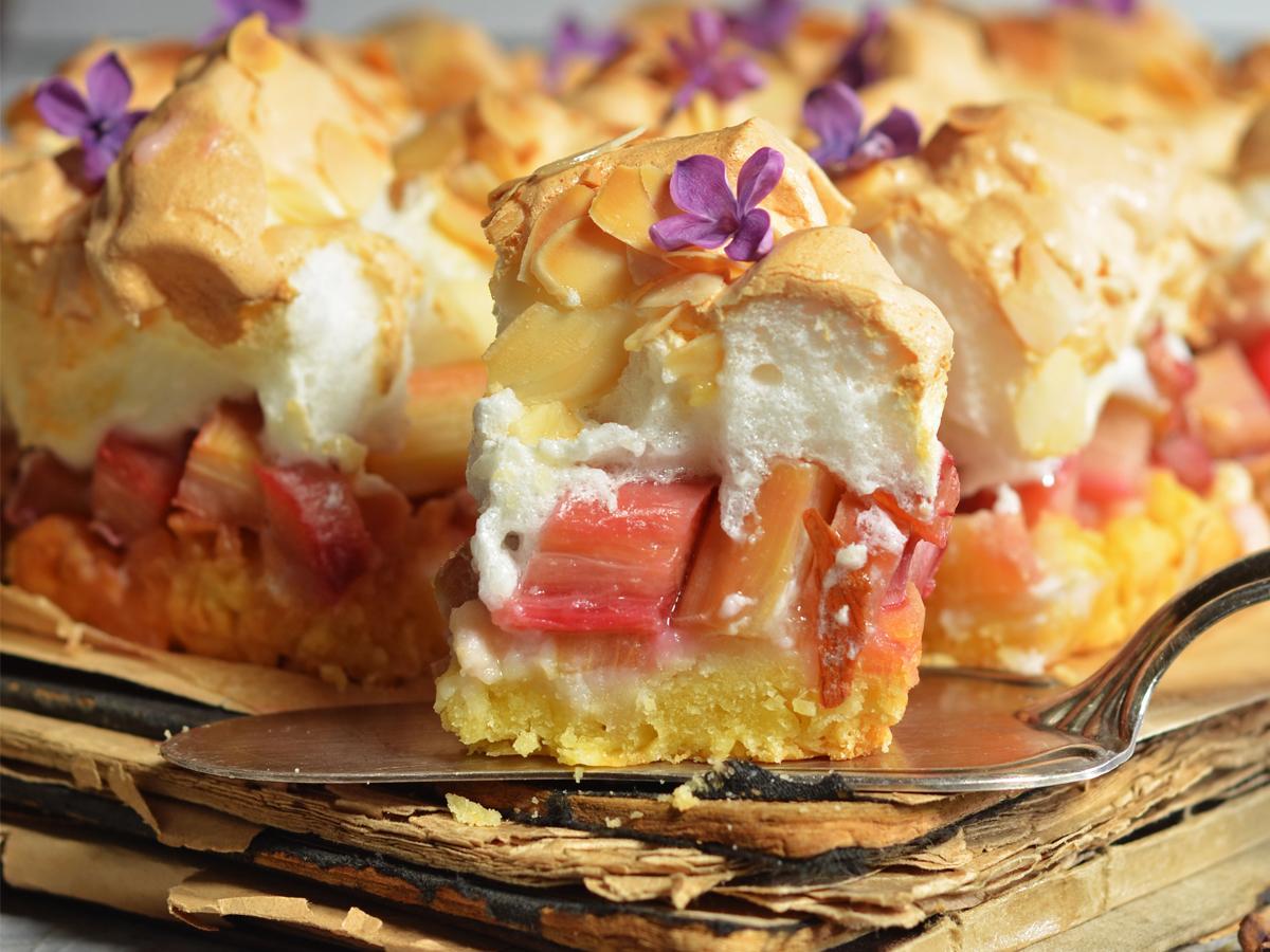 przepis na ciasto z rabarbarem i budyniem na oleju z bezą