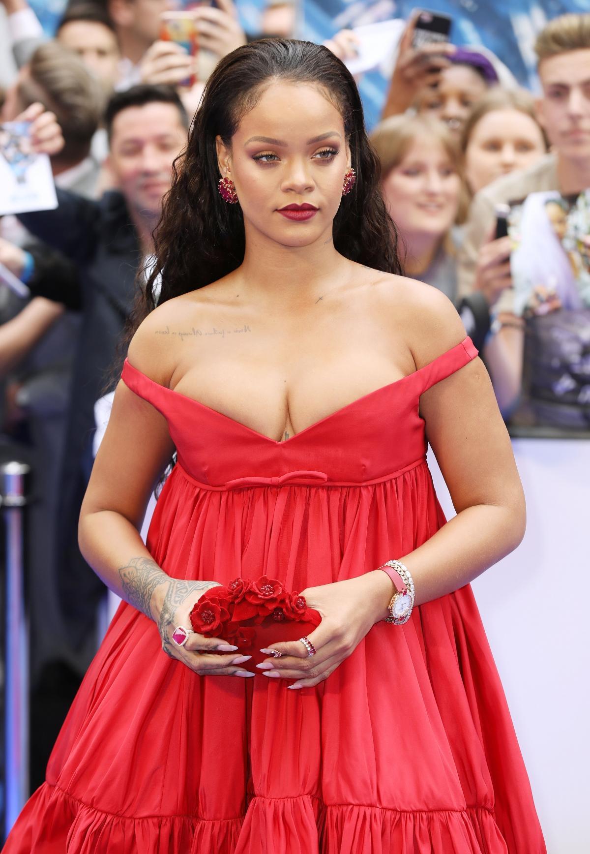 Rihanna na premierze w czerwonej sukience