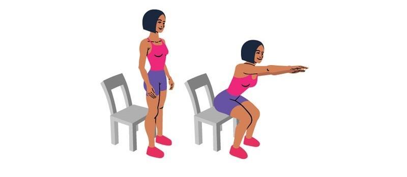 Ćwiczenia na brzuch po ciąży: przysiad z krzesłem