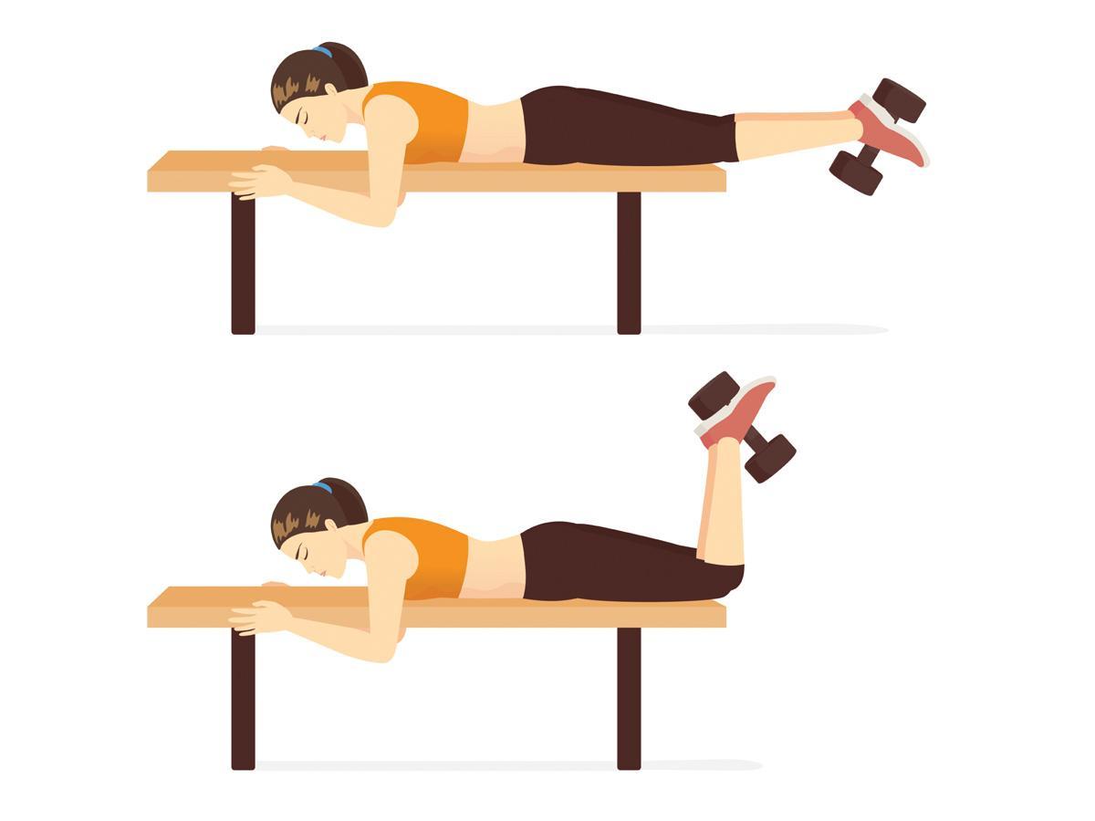 Ćwiczenia na ławeczce: unoszenie nóg z hantlą w leżeniu na plecach