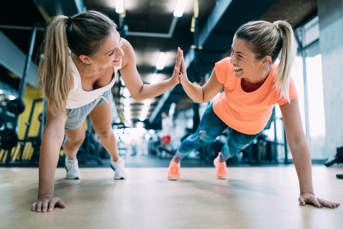 ćwiczenia na siłowni pompki