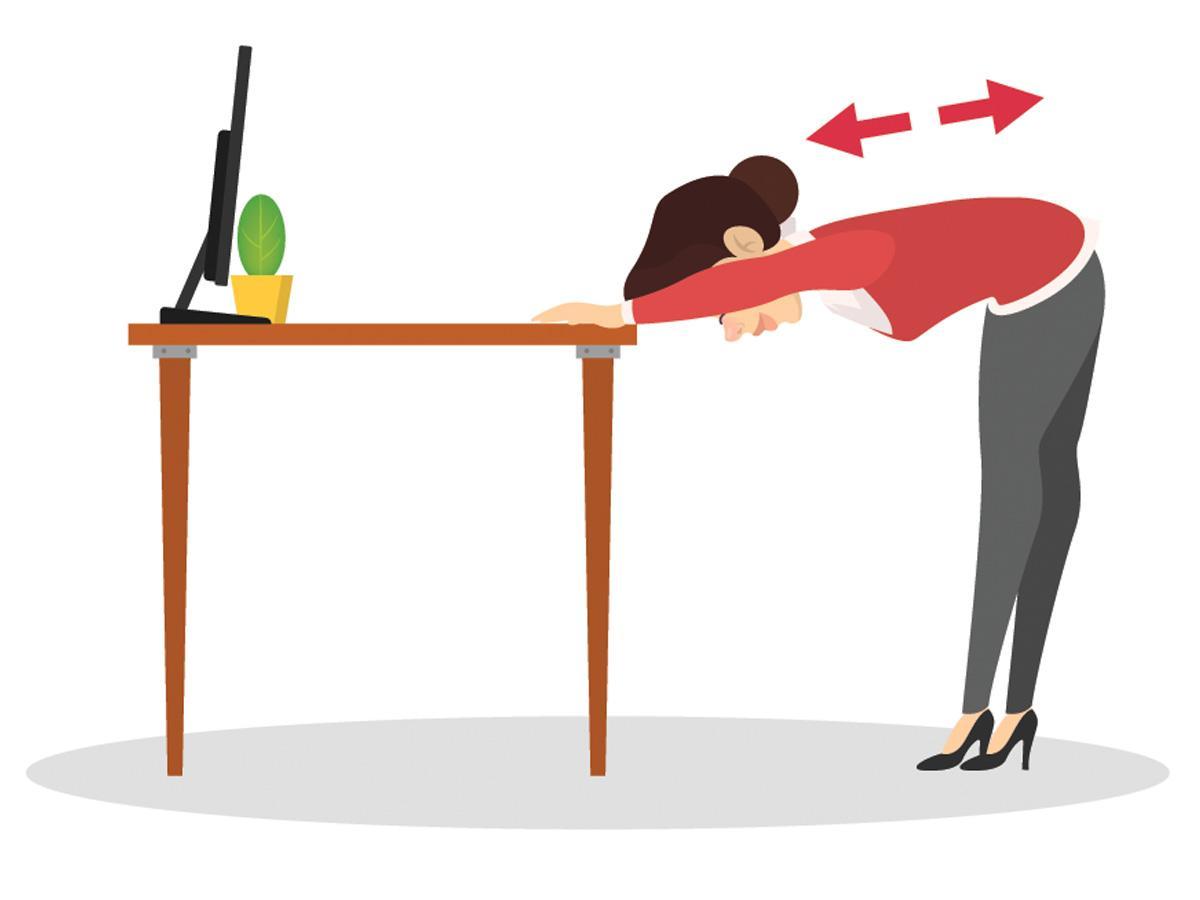 Ćwiczenia przy biurku: rozciąganie pleców