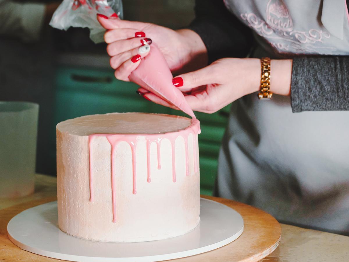 dekoracja tortu polewą