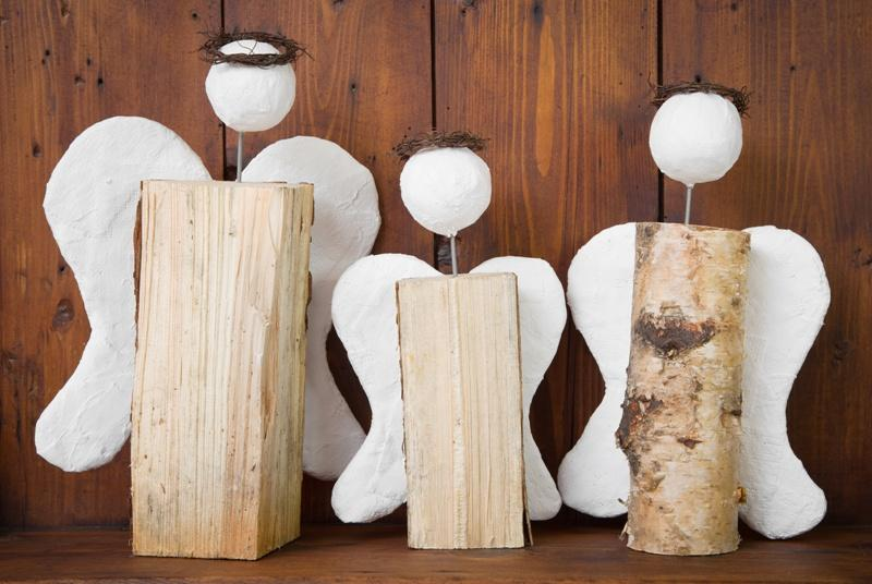 Ozdoby w postaci aniołków z drewna