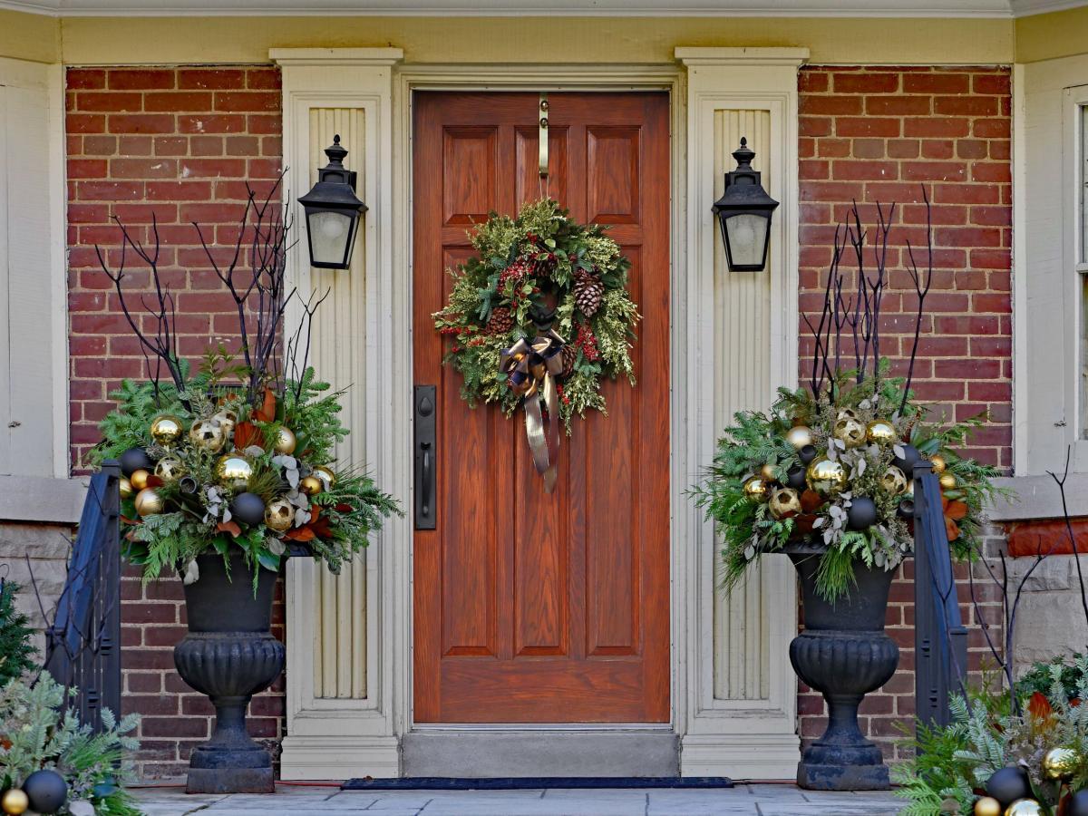Dekoracje świąteczne na zewnątrz: wieniec na drzwi