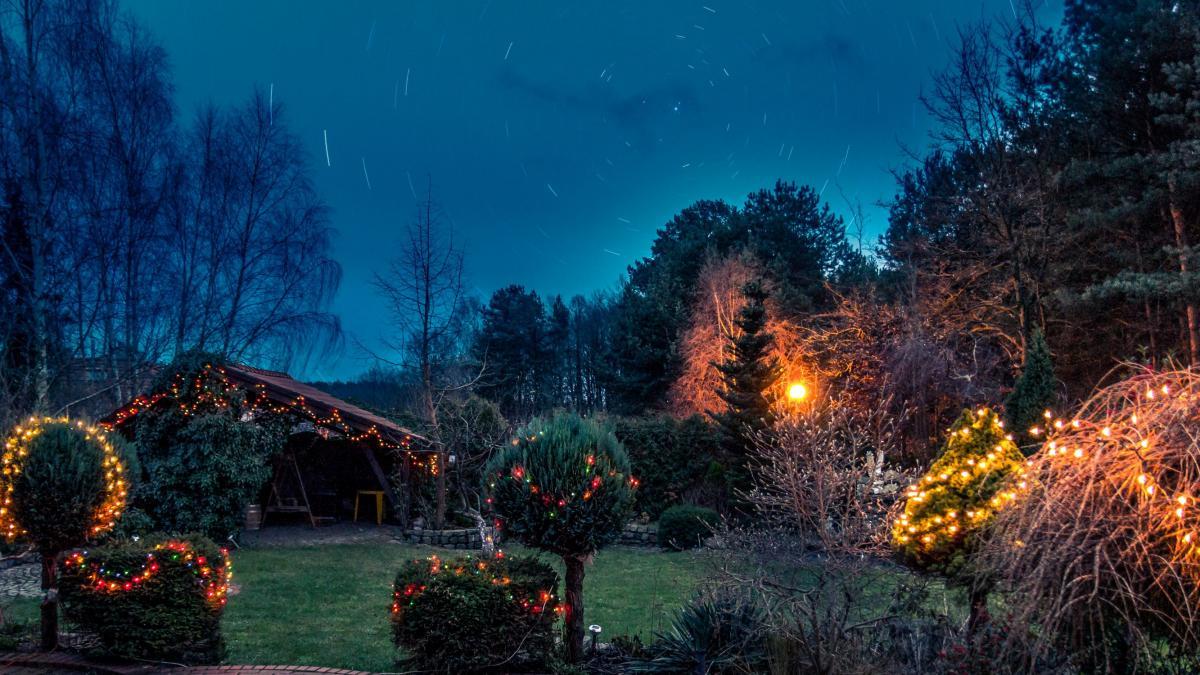 Dekoracje świąteczne na zewnątrz: lampki świąteczne zewnętrzne