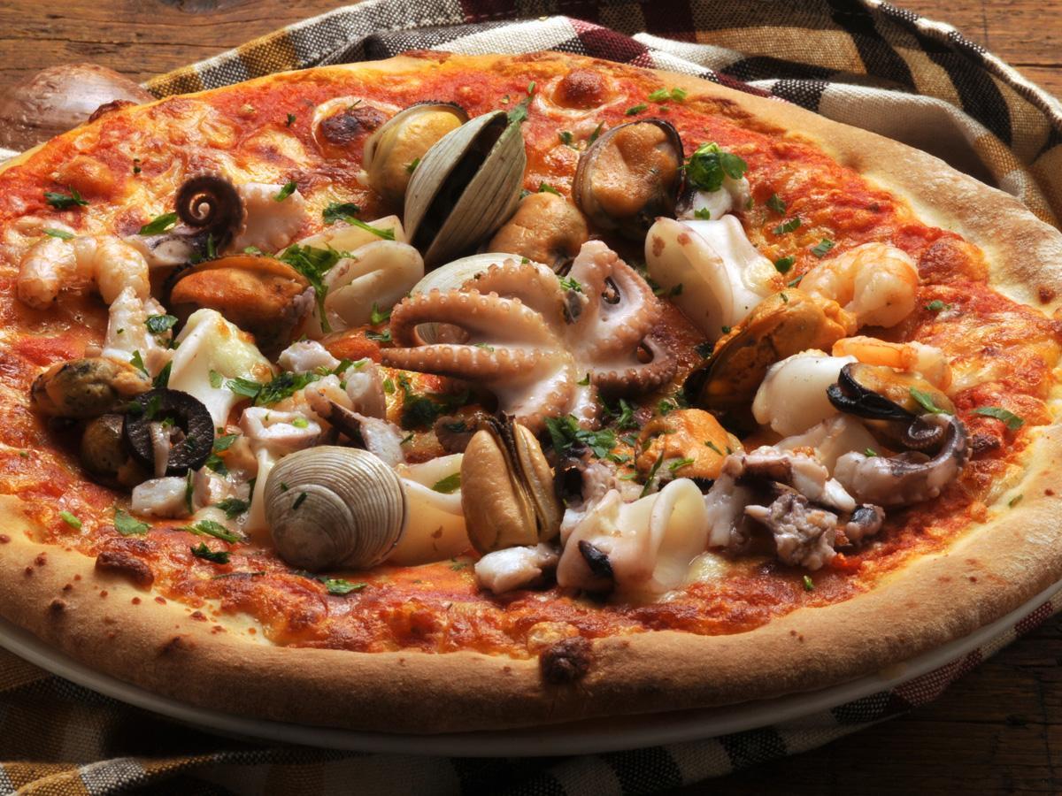 dietetyczna pizza z owocami morza