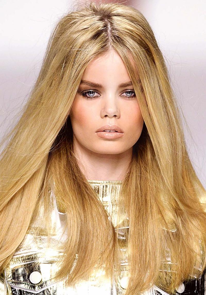Długie Włosy Uniesione U Nasady Długie Włosy